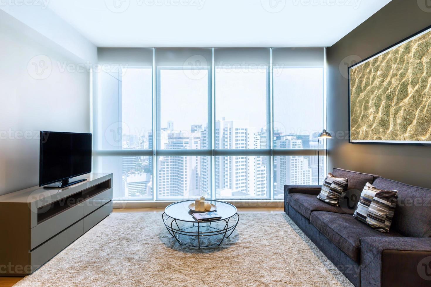 sala de estar con ventana grande foto