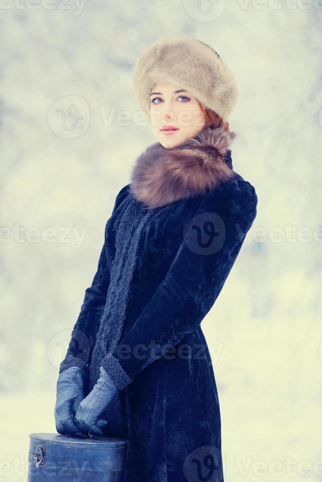 hermosa mujer pelirroja con maleta foto