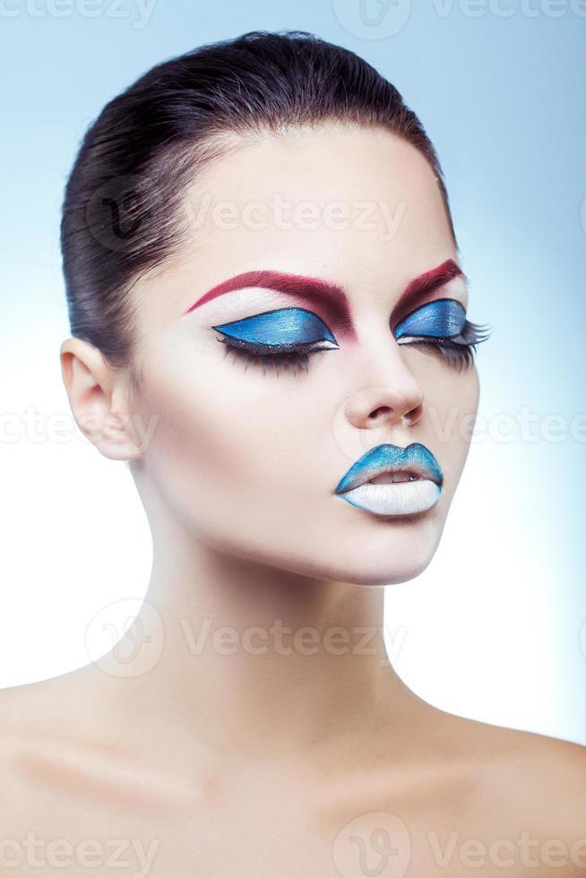 hermosa morena con bastante maquillaje en estudio foto