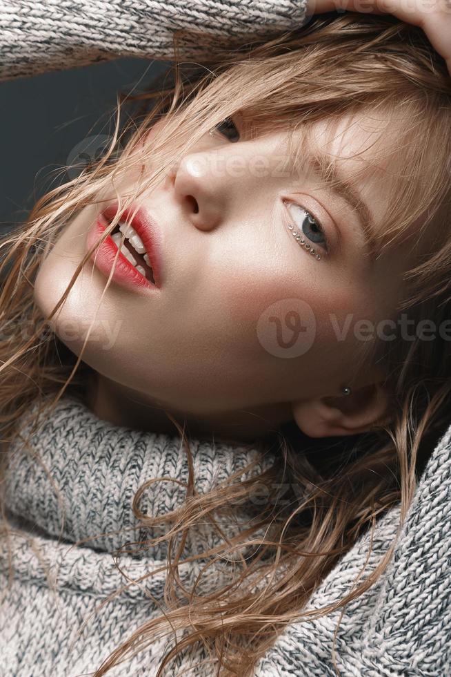 retrato, de, un, niña joven, en, suéter, estudio foto