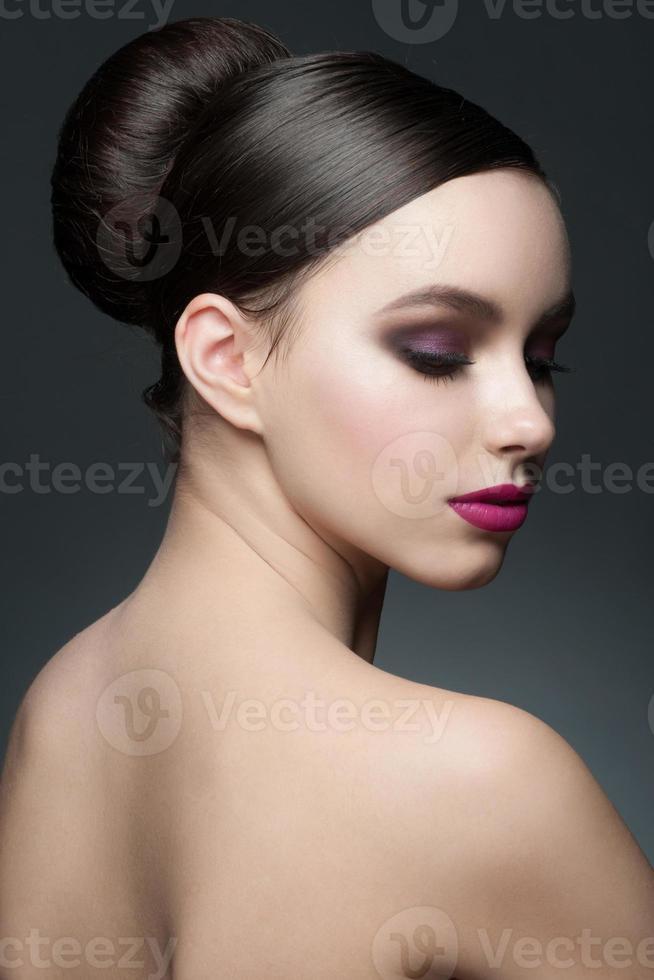 mujer con maquillaje y peinado foto