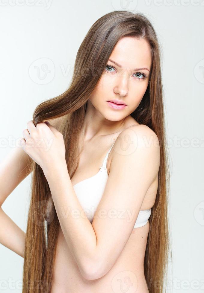 bella mujer con cabello largo sano foto