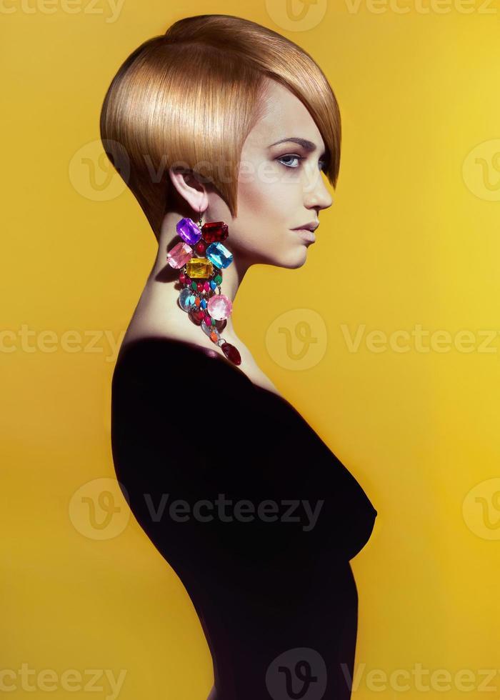 dama con corte de pelo corto moderno y tatuaje en el cuello foto