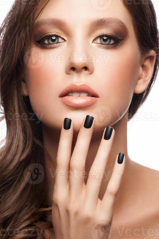 mujer con manicura negra foto