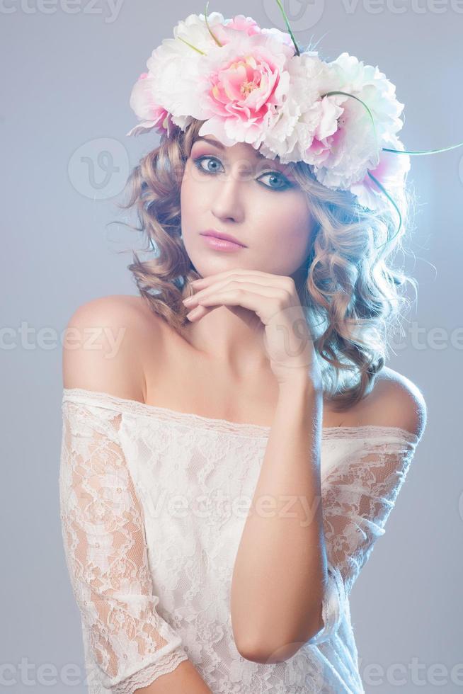 Retrato de hermosa mujer rubia con flores en el pelo foto