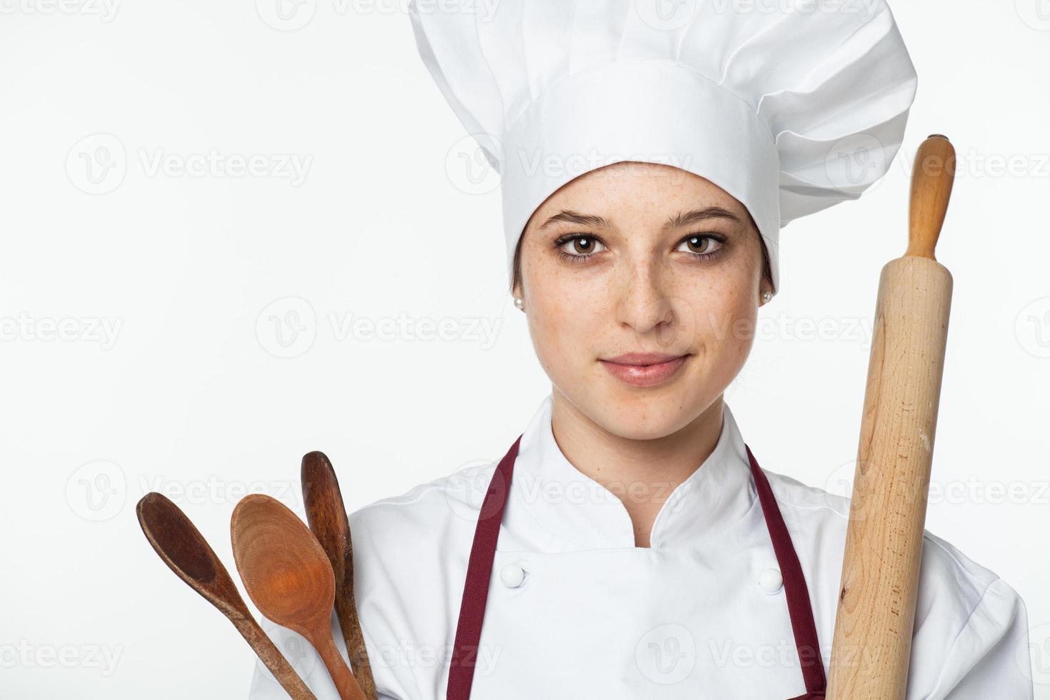 chef mujer con utensilios de cocina foto