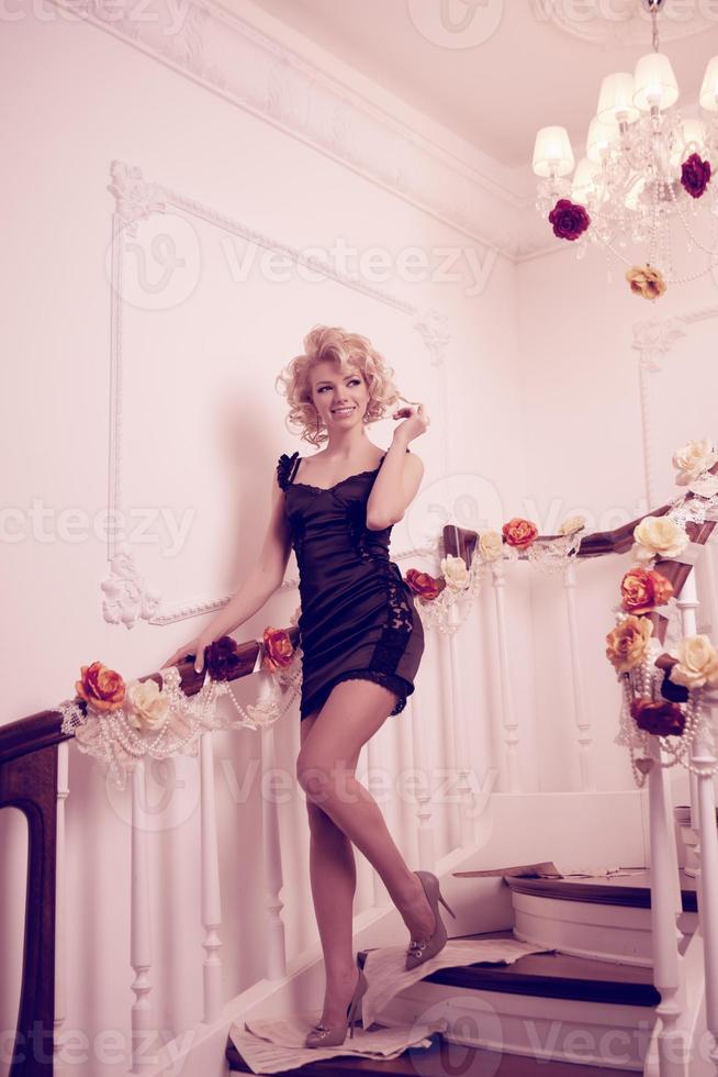 espléndida mujer en escalera foto