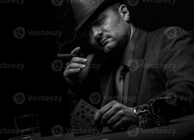 joueur masculin jouant au poker. photo
