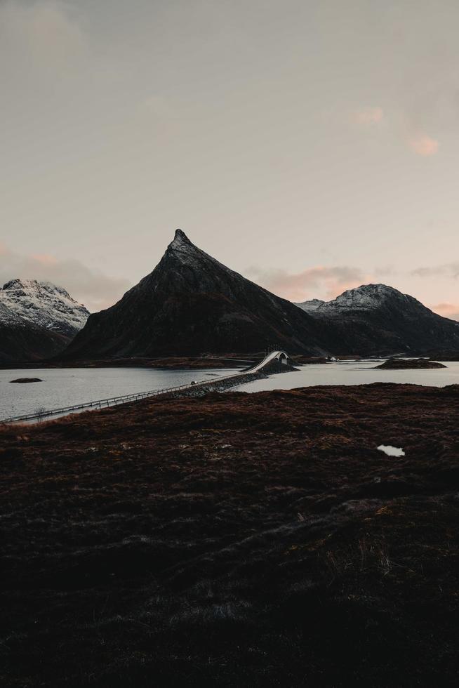 bergen achter een brug foto