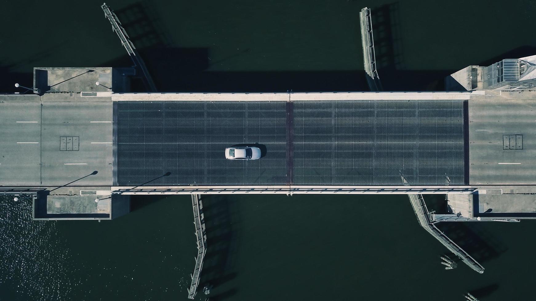 voiture sur le pont photo