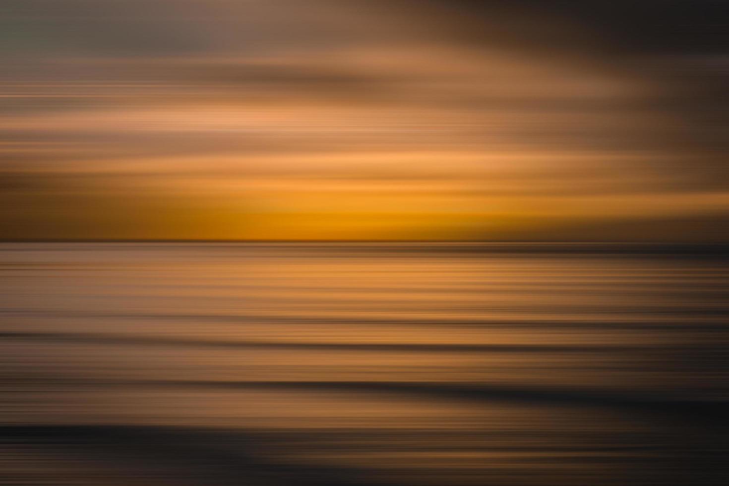 cuerpo de agua tranquila durante la hora dorada foto