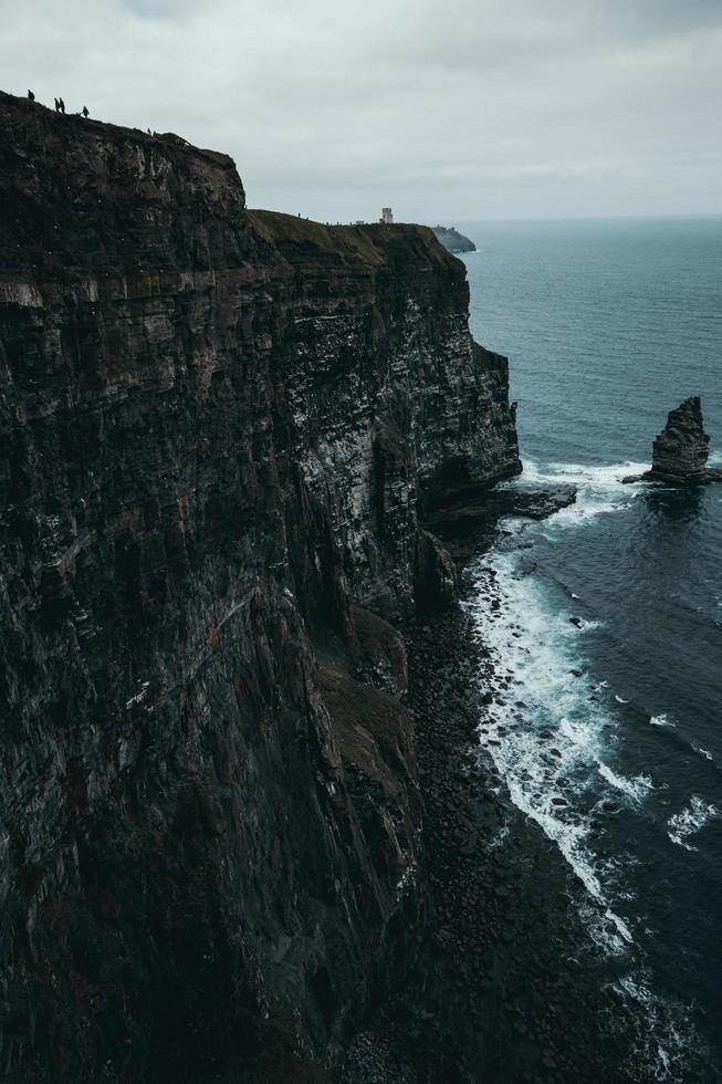 montagne vicino al corpo d'acqua foto