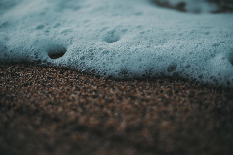bolhas brancas na praia foto