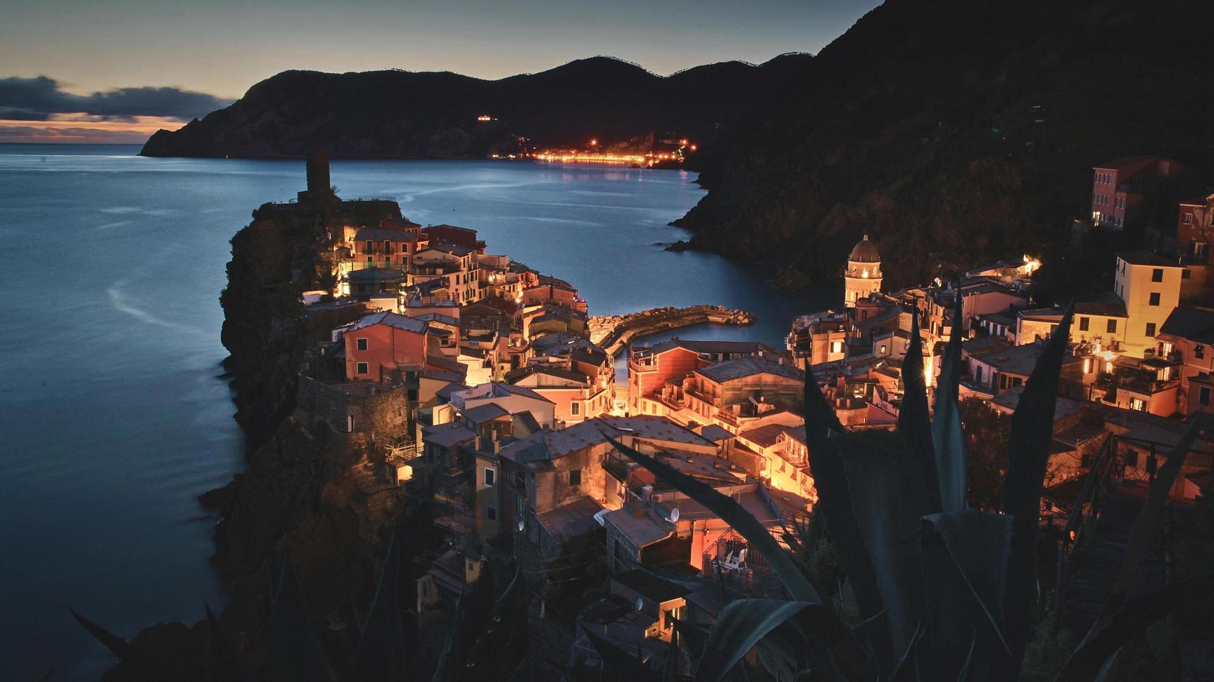 vista aérea de la ciudad cerca del cuerpo de agua foto