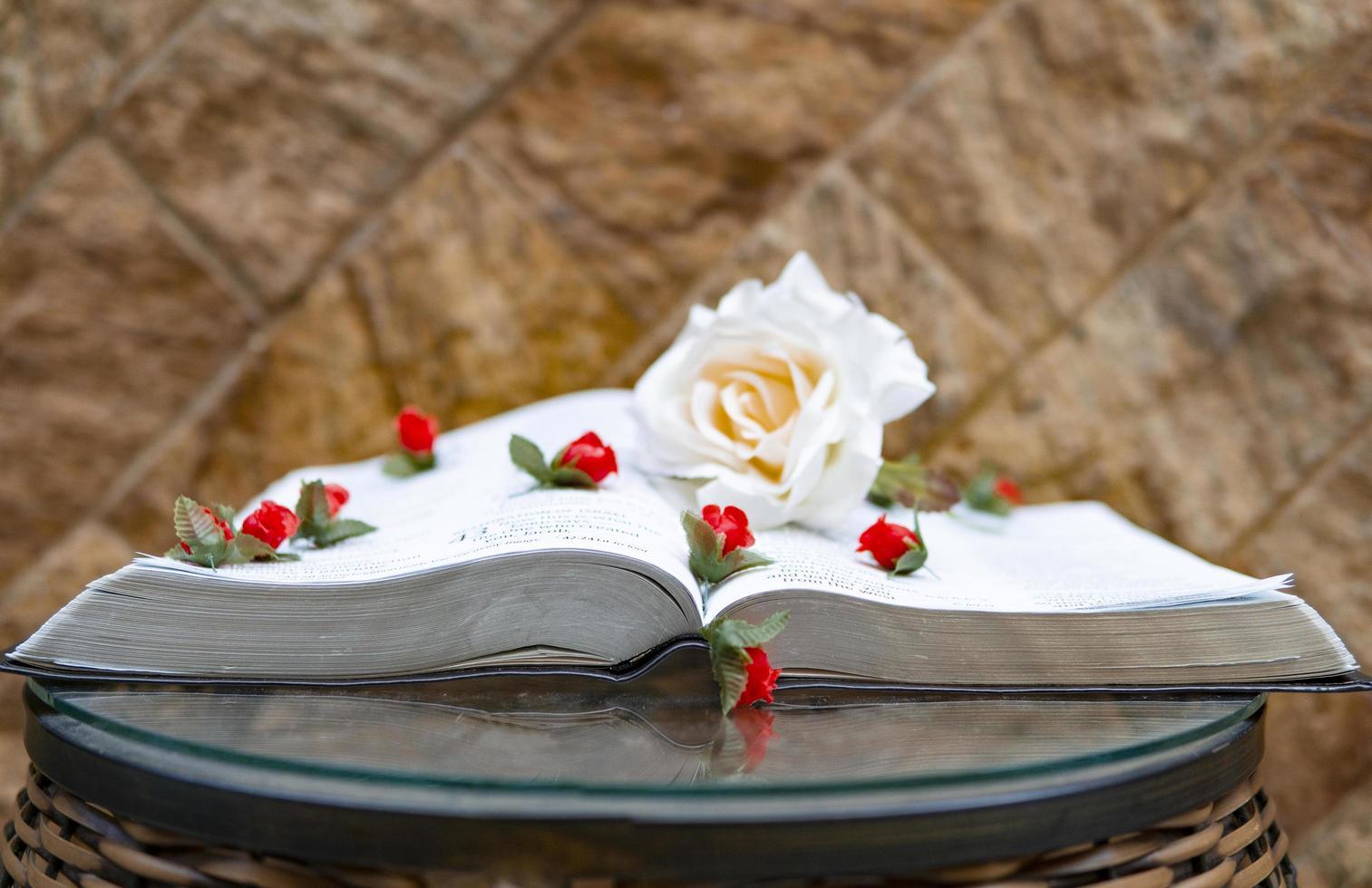 open boek met bloemen erop foto