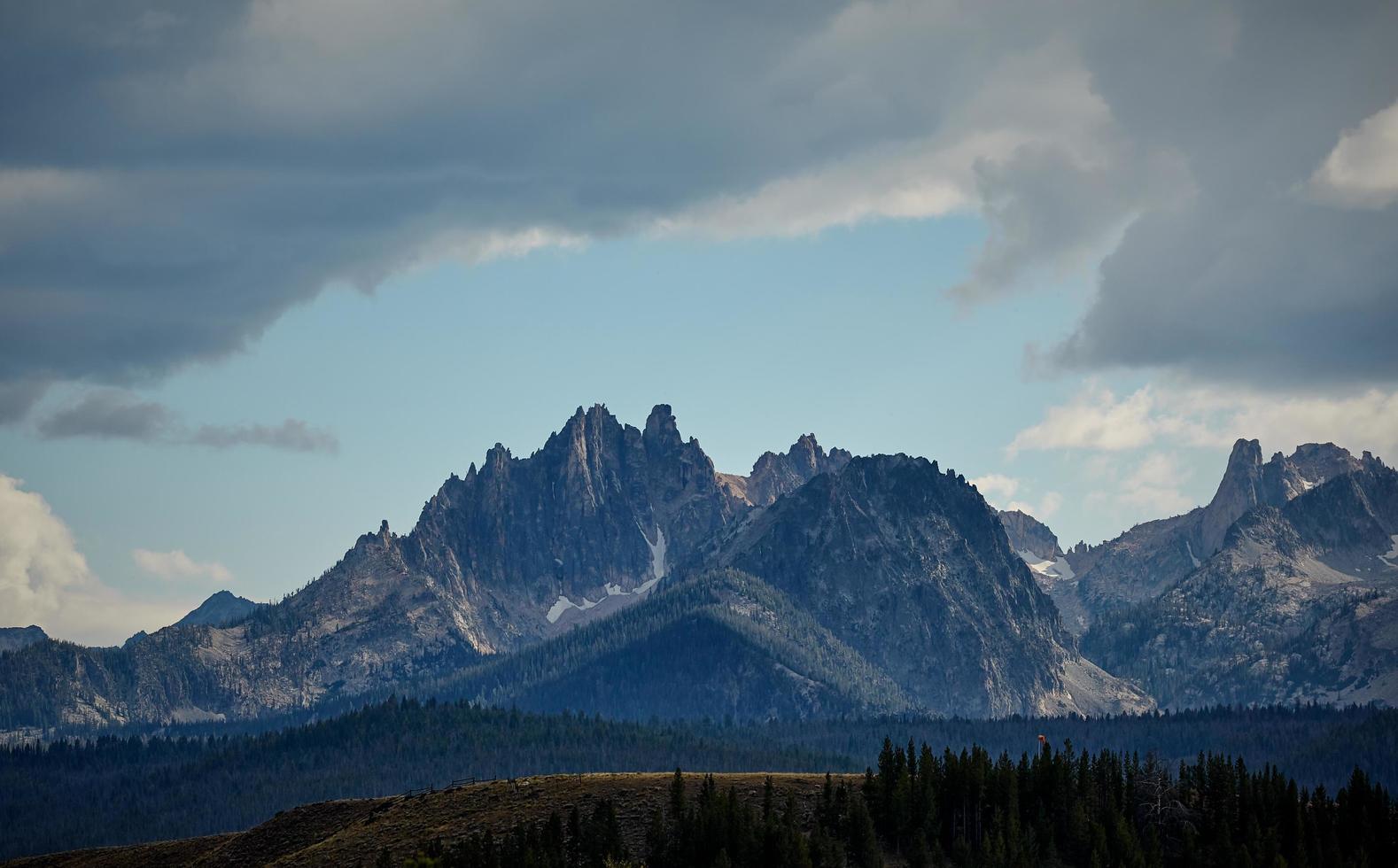 montagne rocheuse près de la forêt photo