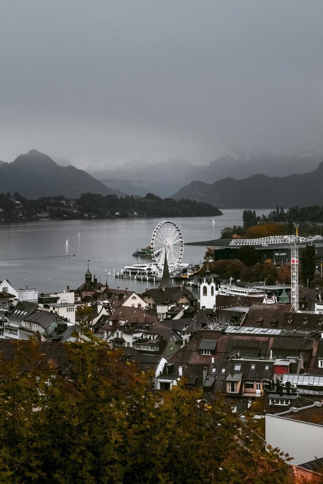 vista panorámica de la pequeña ciudad costera foto