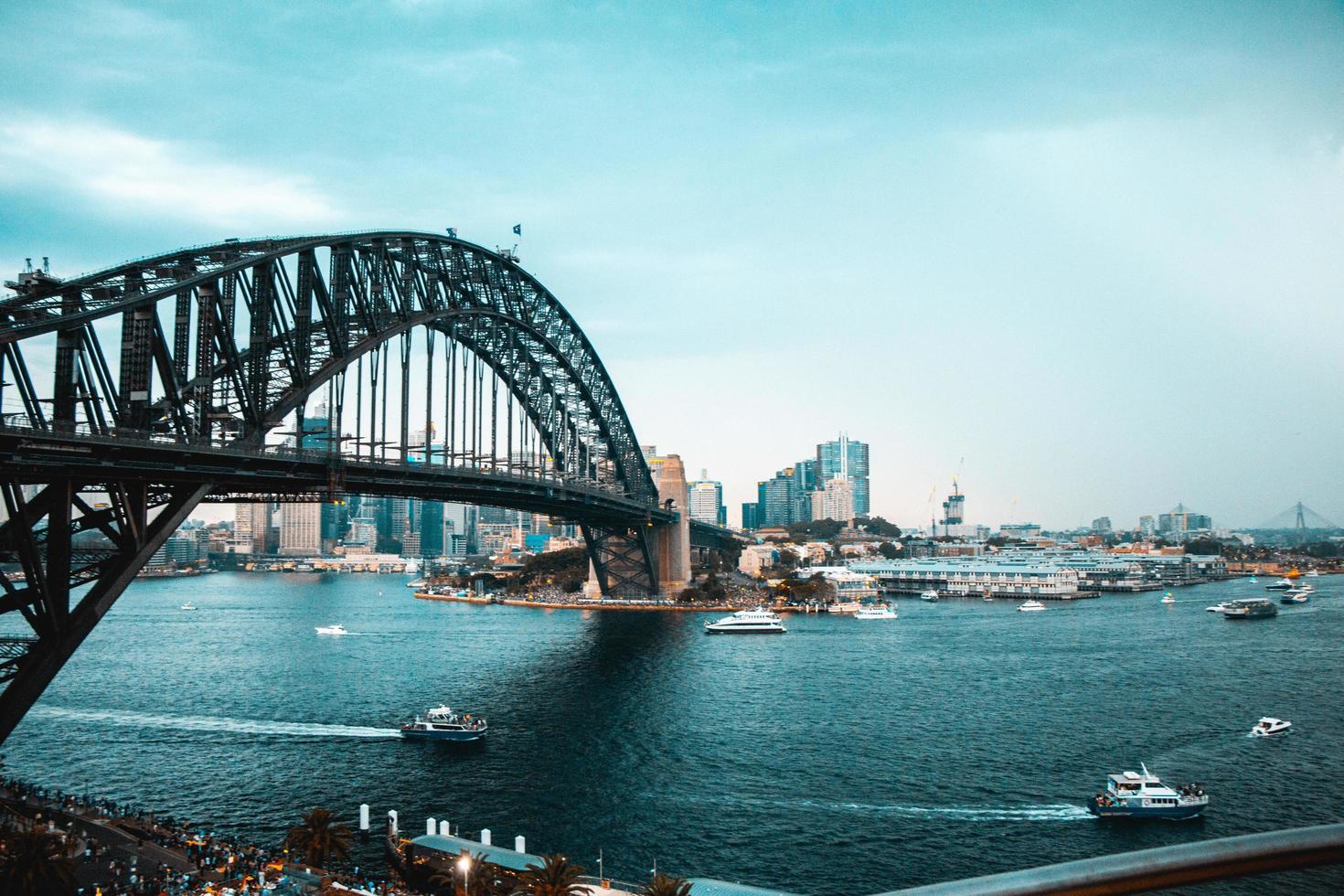 los barcos pasan por la ciudad foto