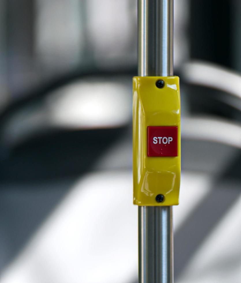 pulsante di arresto in un autobus foto