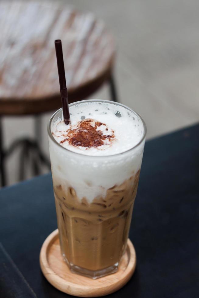 café helado en la mesa de madera foto