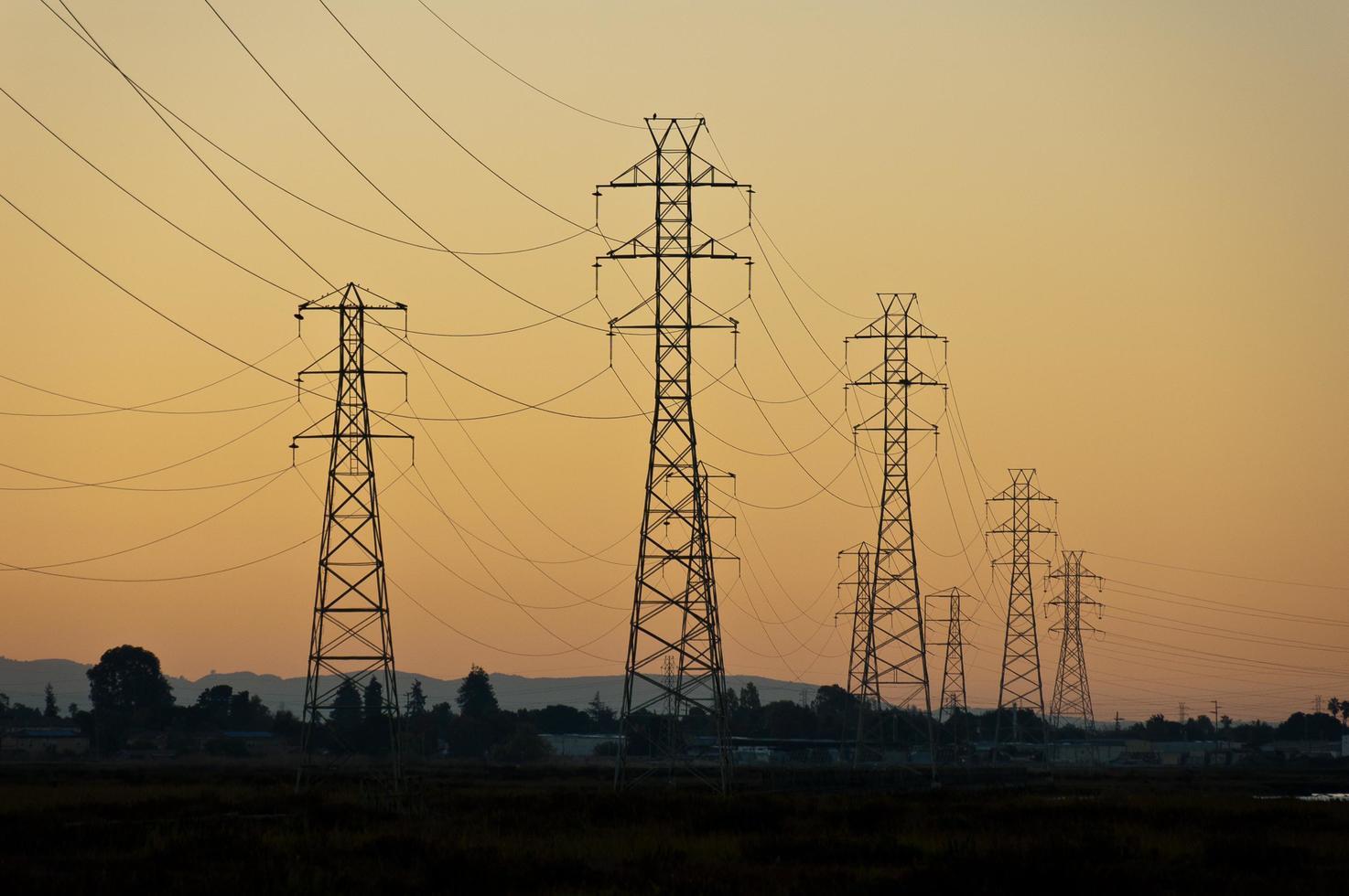 torres de energía al atardecer foto