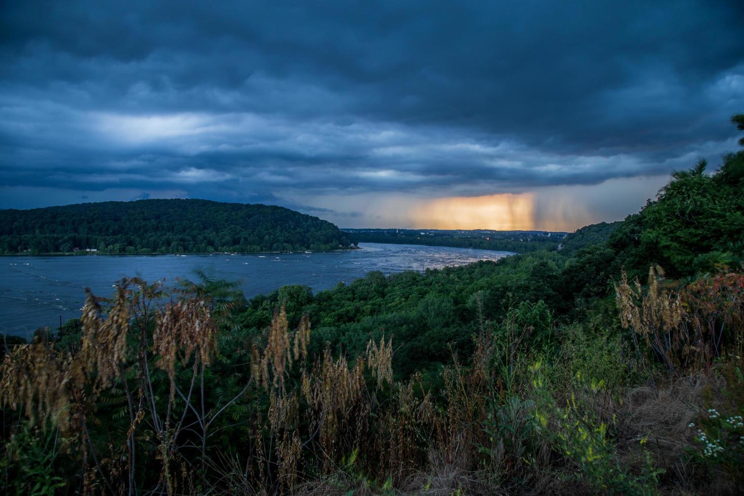 tormenta de verano sobre un río foto