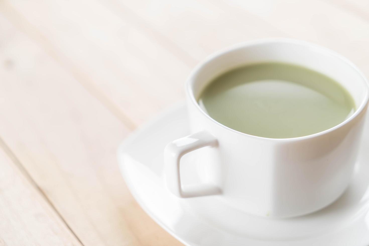 Matcha latte en mesa de madera foto