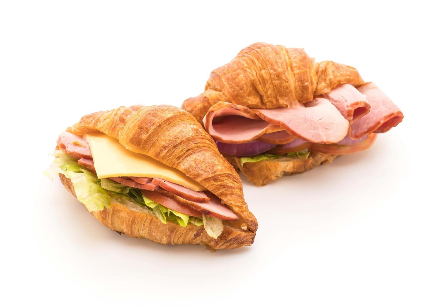 Sándwiches de jamón croissant sobre fondo blanco. foto