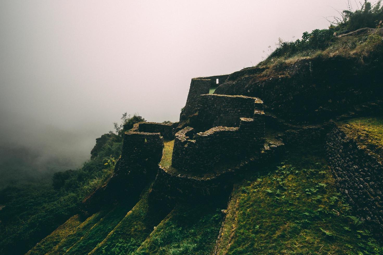 monumento inca en la cima de la montaña foto
