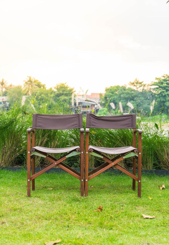duas cadeiras de gramado no parque foto