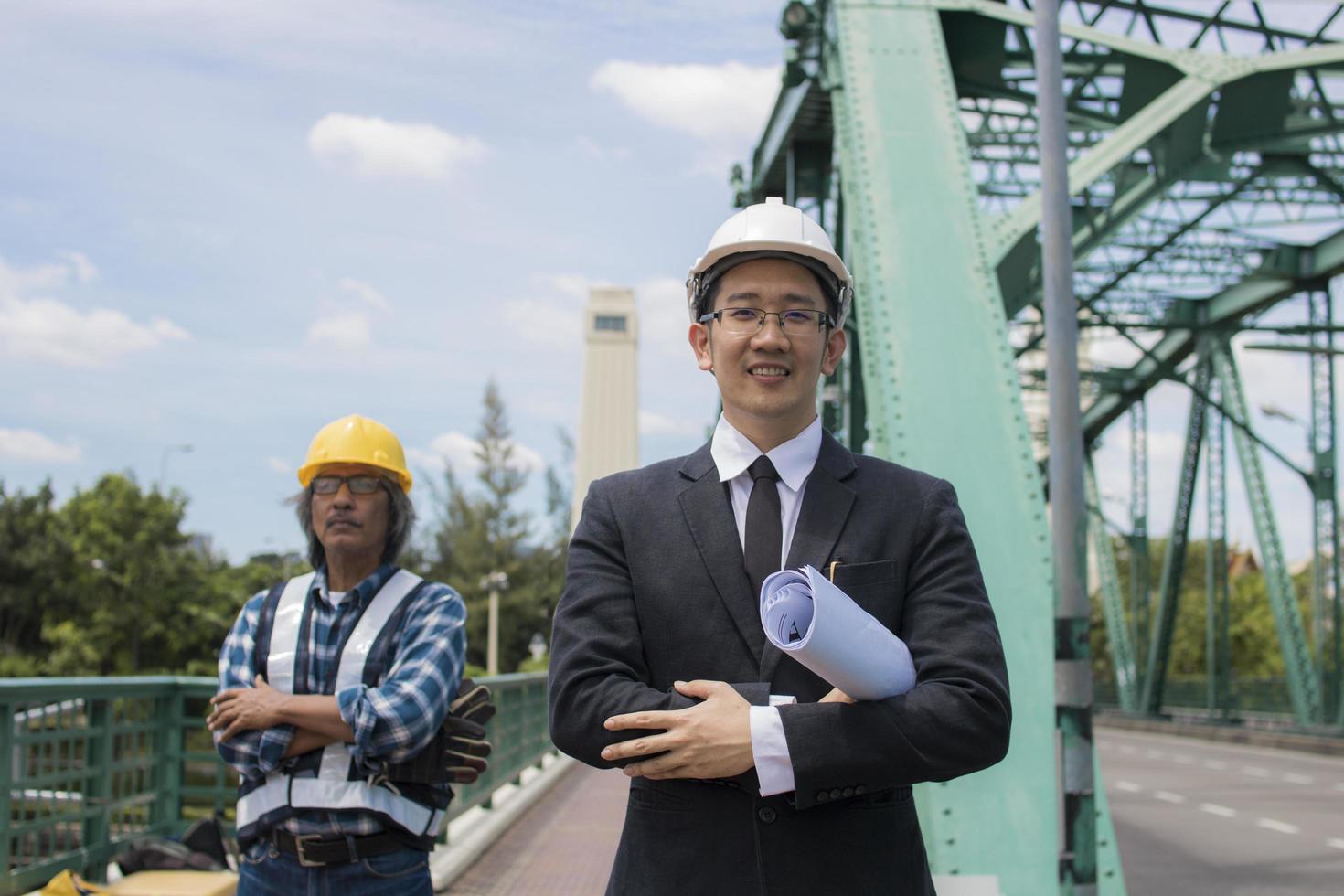 ingeniero y capataz de pie en el puente foto