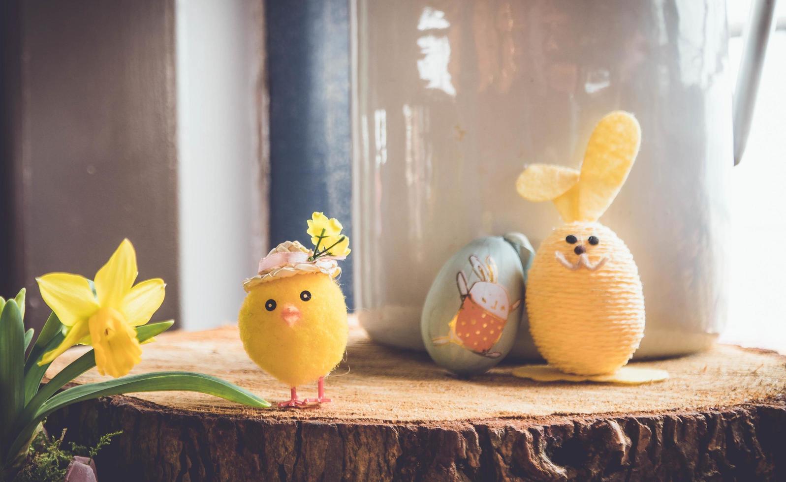 juguetes de pascua de peluche amarillo foto