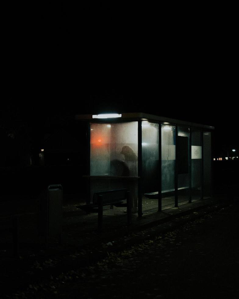 silueta de persona en la parada de autobús foto