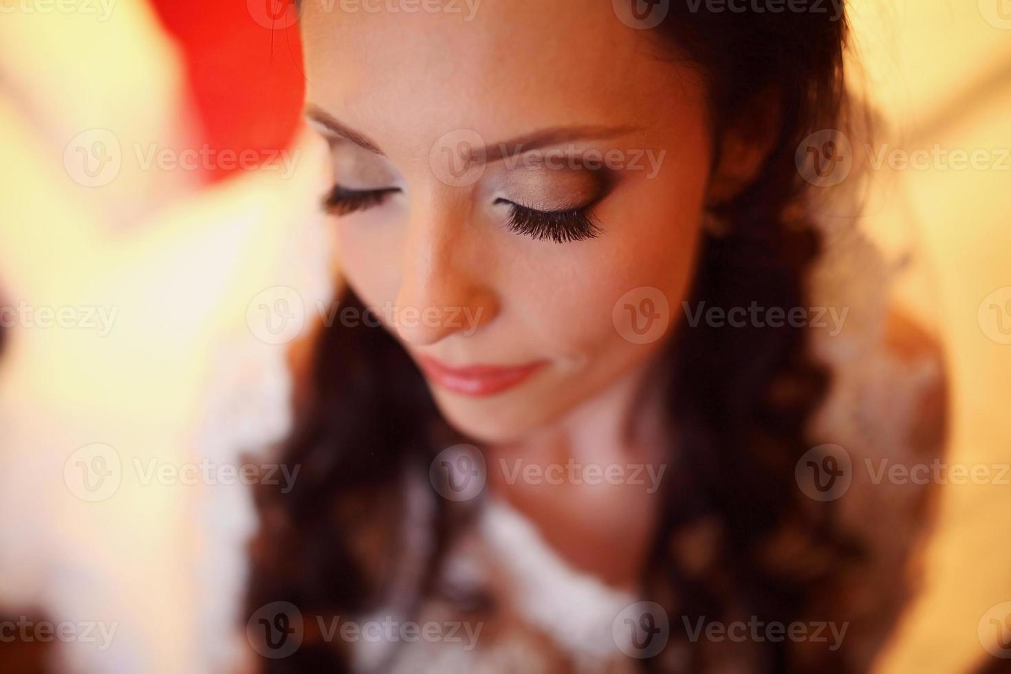 hermosa novia en el día de su boda preparándose foto