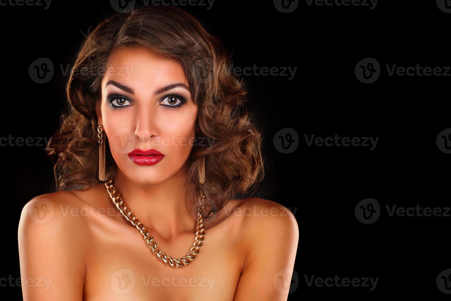 mulher morena linda luxuosa foto