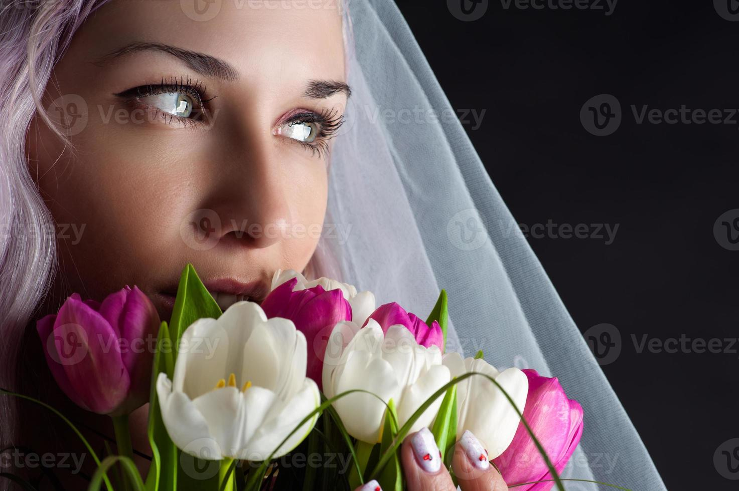 rostro de mujer con un ramo de tulipanes foto