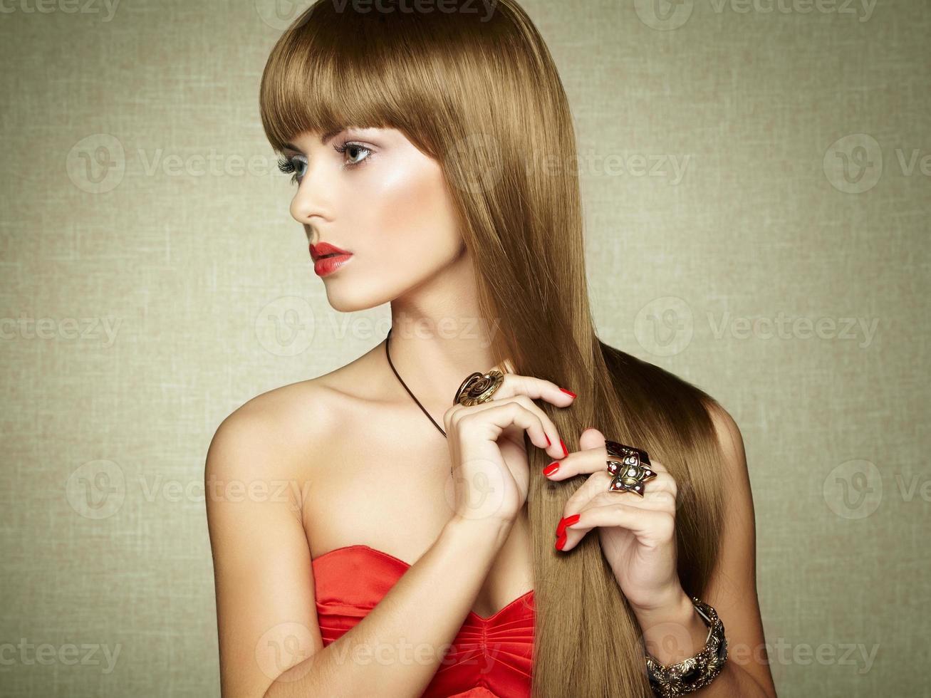 Retrato de joven bella mujer con joyas foto