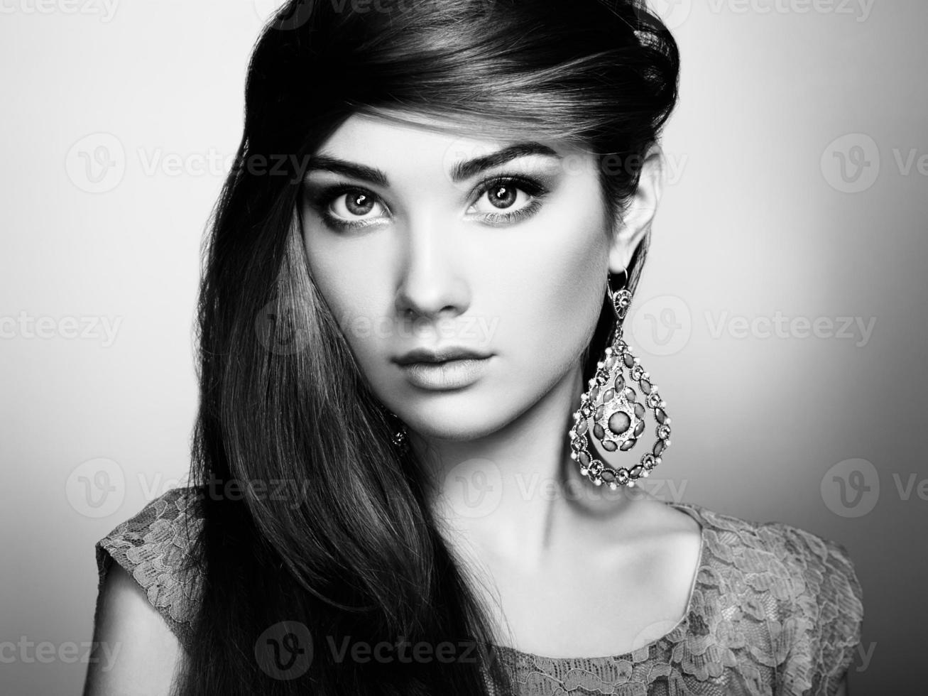 portrait de la belle jeune femme avec boucle d'oreille photo