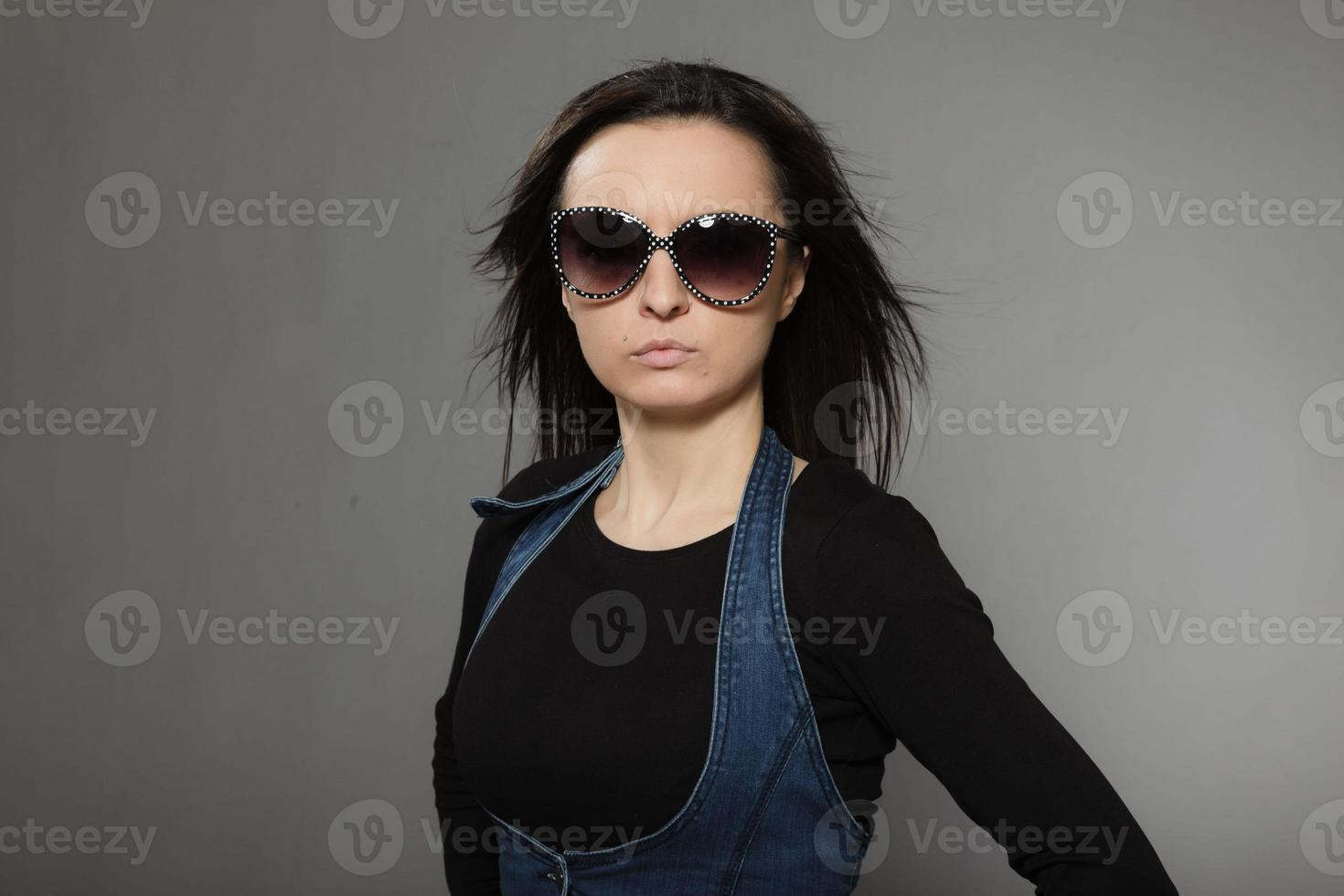 Retrato de moda de mujer bonita joven con estilo con cabello castaño. foto