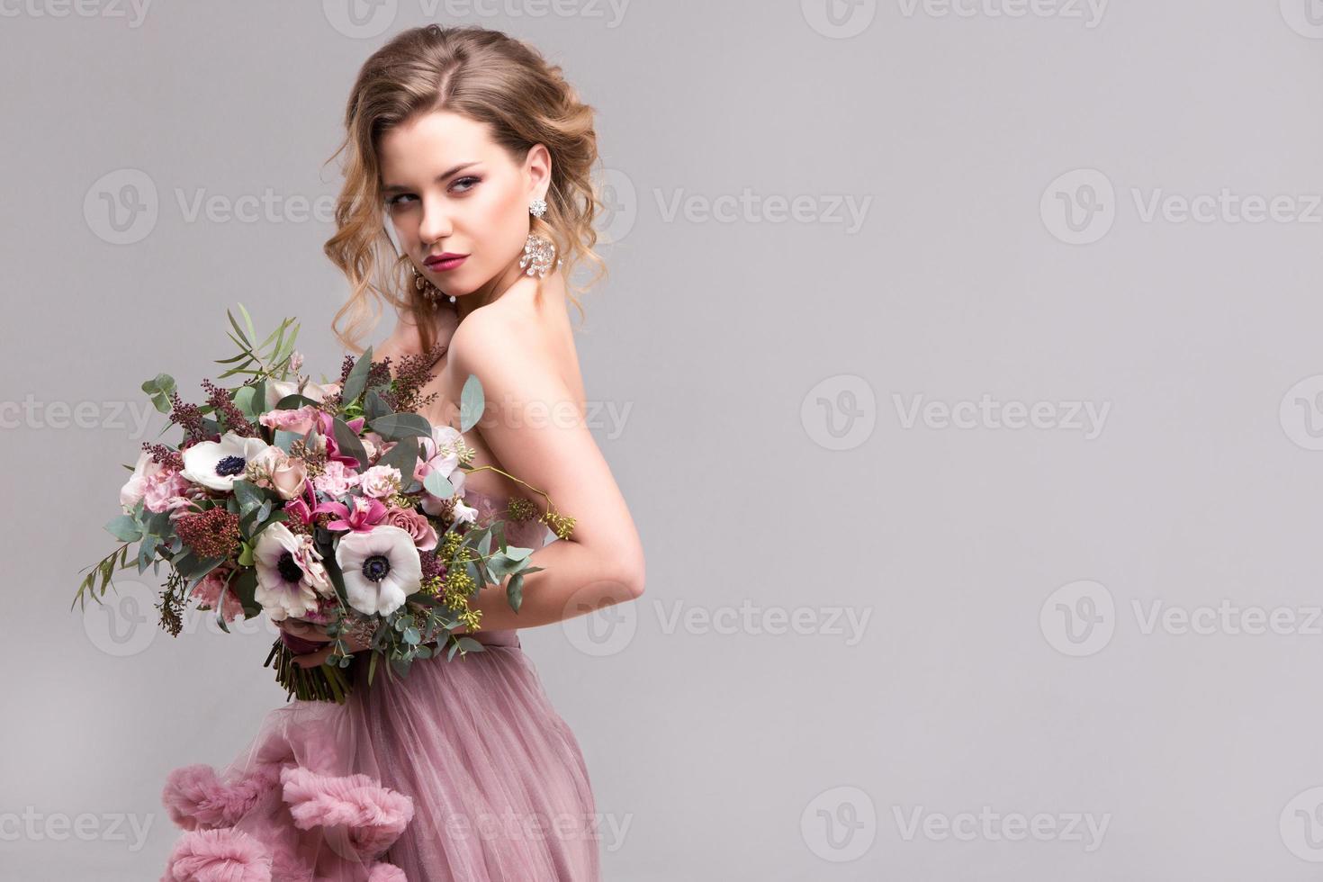 retrato de una bella mujer con un ramo de flores. foto