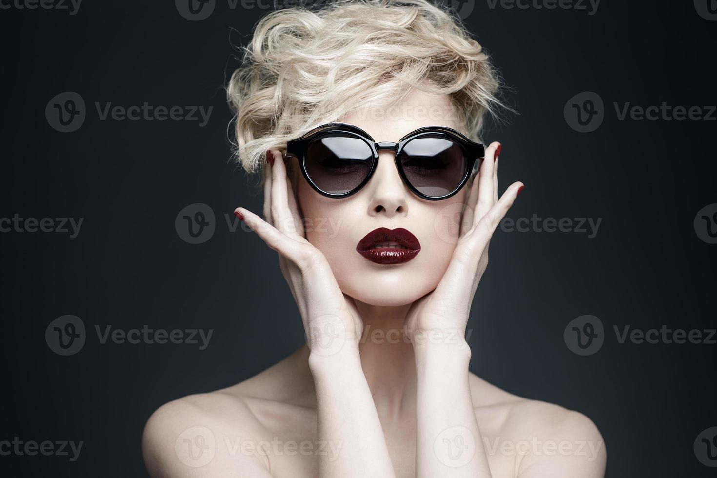 Retrato de una bella mujer con piel limpia foto