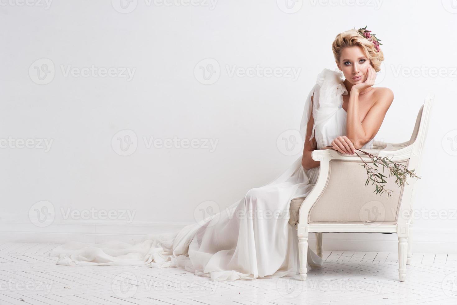 retrato de hermosa novia. vestido de novia. decoración de boda foto