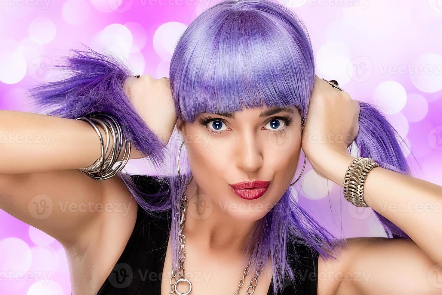 belleza chica alegre. elegante cabello morado foto