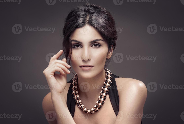 retrato de moda de mujer hermosa. fondo oscuro. foto