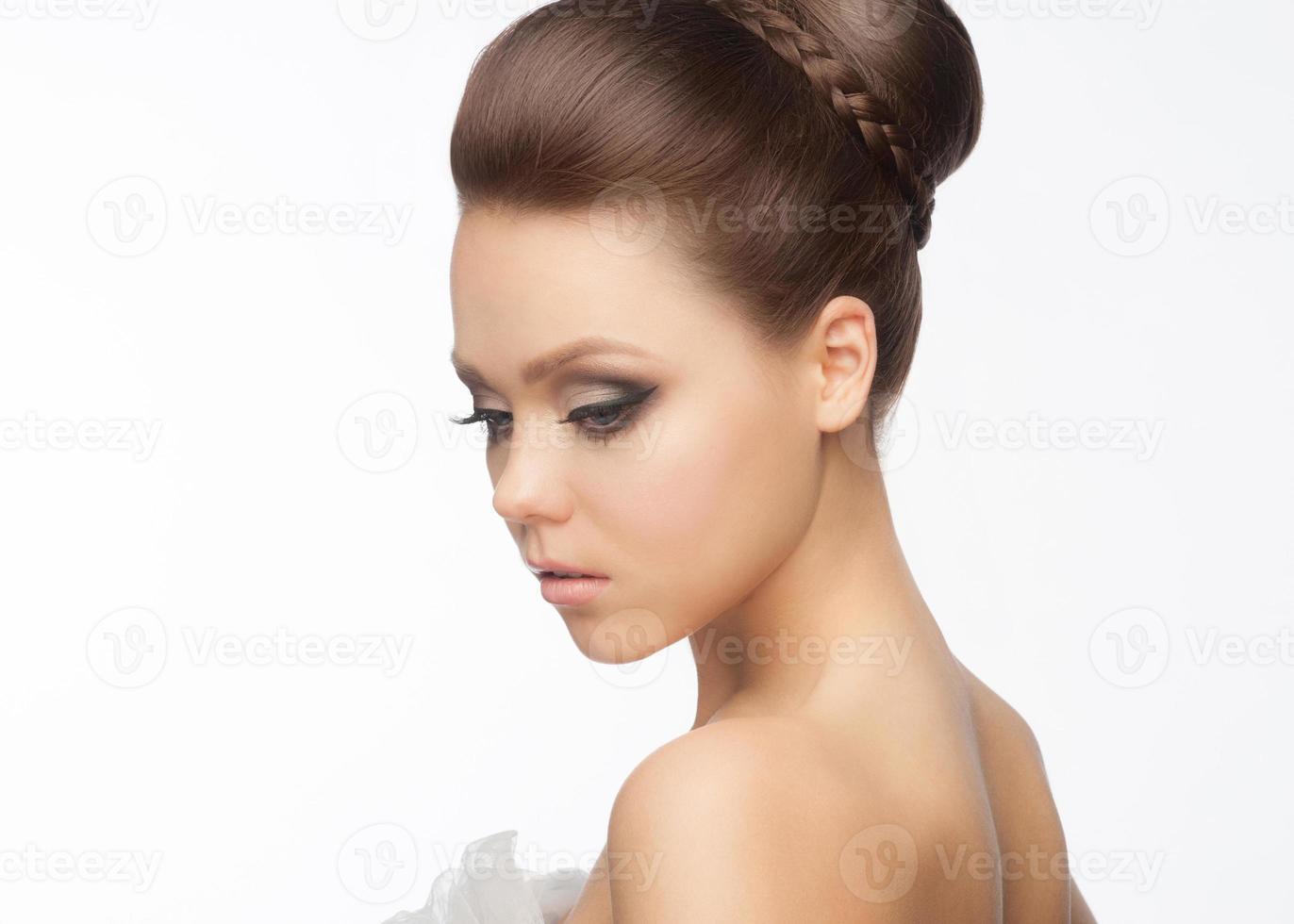 chica con peinado y maquillaje foto