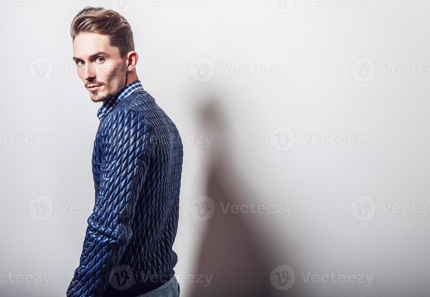 elegante joven apuesto en elegante chaqueta azul oscuro. foto