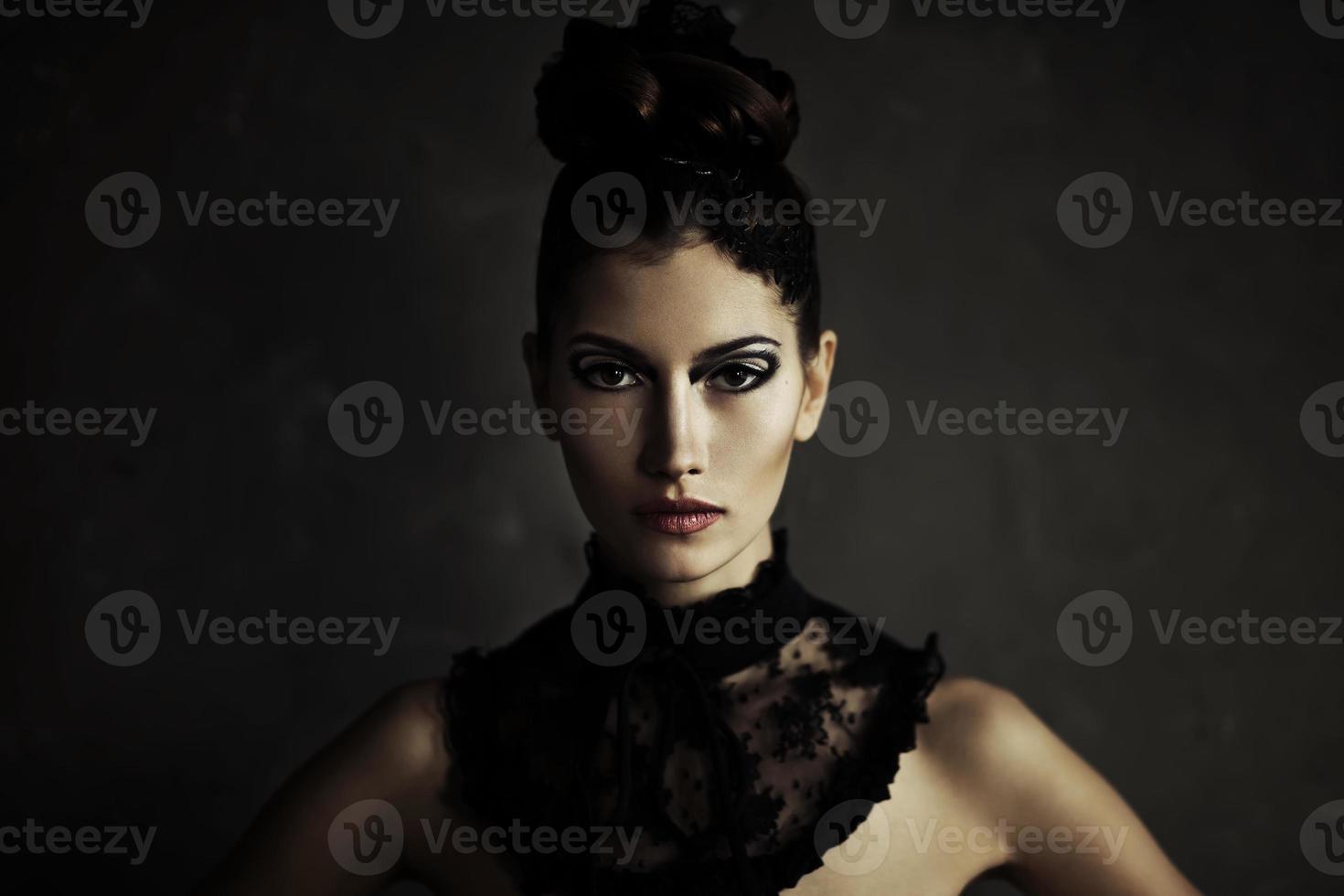 hermosa joven mujer morena con maquillaje de moda foto