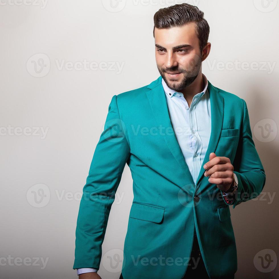 elegante joven apuesto en elegante chaqueta turquesa. foto