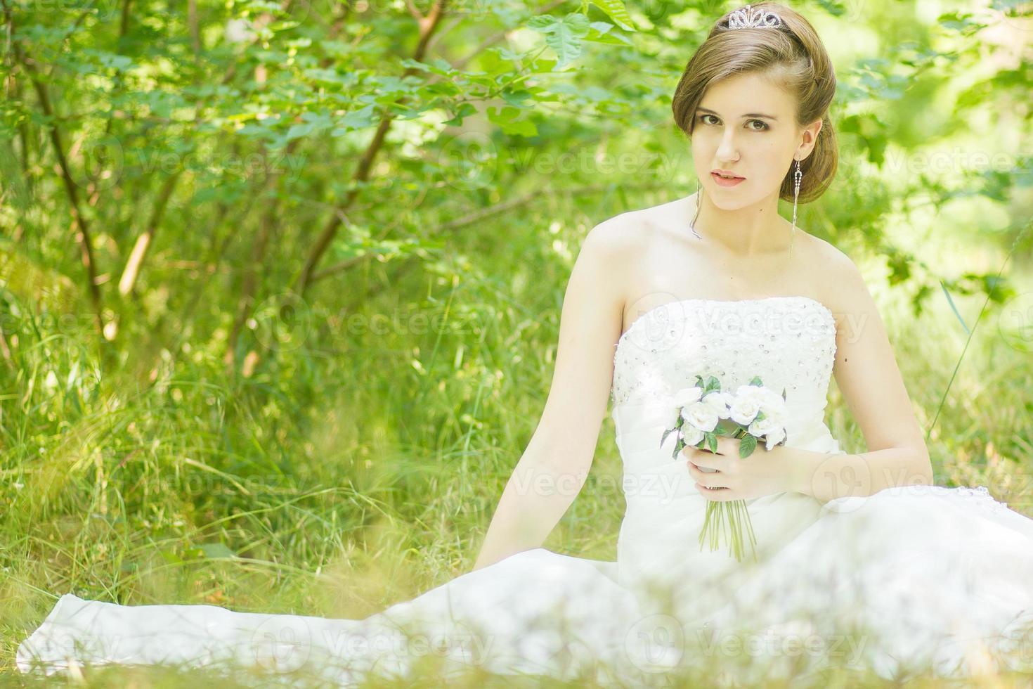 retrato de una bella joven novia en la naturaleza foto