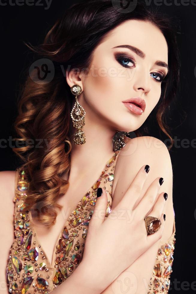 hermosa mujer con cabello oscuro y maquillaje brillante, con bijou foto